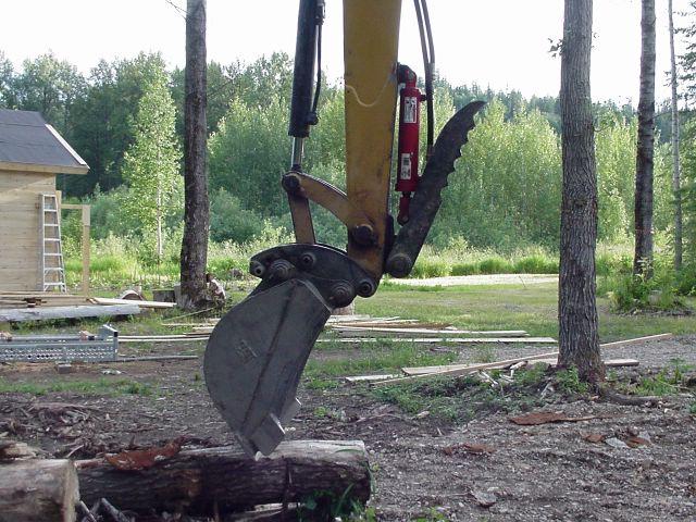HT830 hydraulic mini thumb in folded position