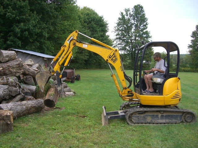mini hydraulic thumb in action on a jcb mini excavator