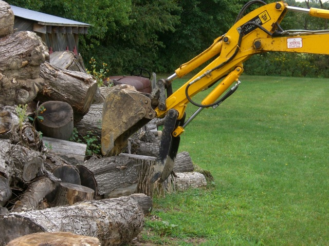 mini hydraulic thumb moving logs