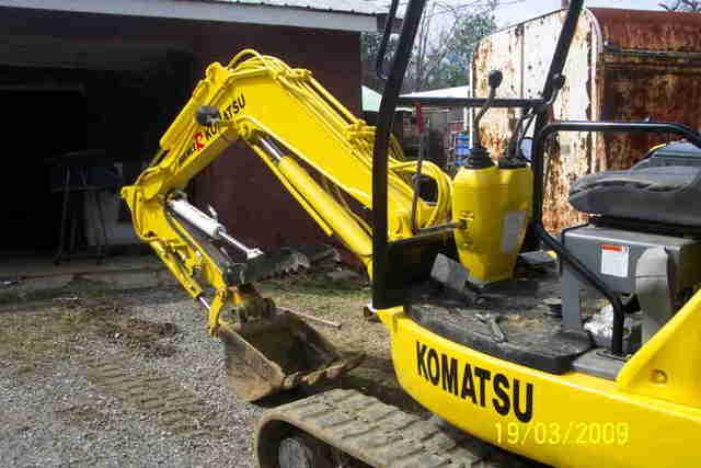 Komatsu excavator with ht830 hydraulic thumb