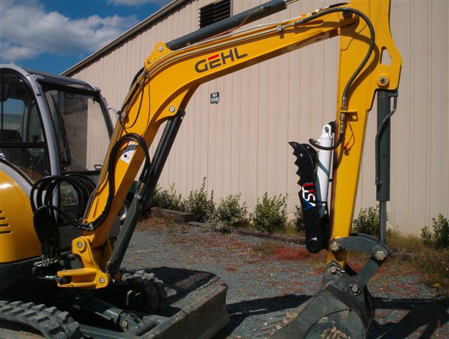 Side profile of the HT830 mini excavator thumb installed on GEHL 353 excavator