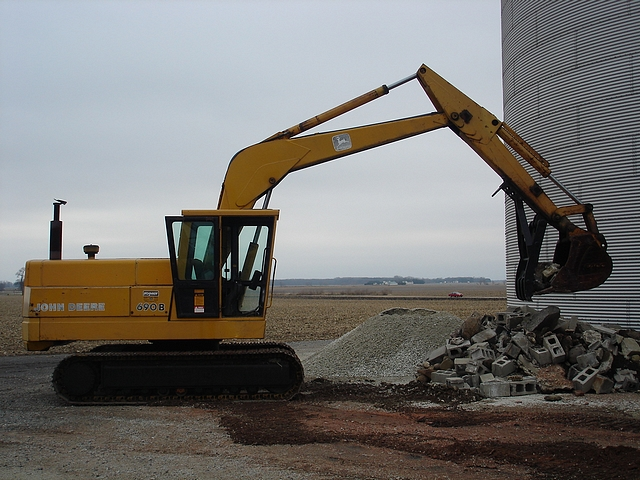 Side profile of an MT2458 thumb working on a Deere excavator