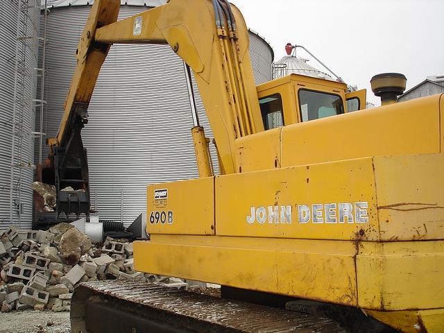 MT2458 thumb installed on John Deere 690B lifting blocks